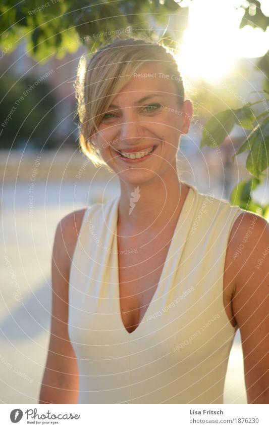 enida elegant Stil Freude Leben harmonisch Wohlgefühl feminin Junge Frau Jugendliche Gesicht Brust 18-30 Jahre Erwachsene Mode Bekleidung T-Shirt Dekolleté
