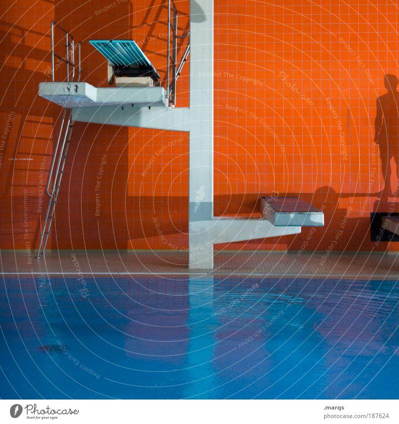 Bad Lifestyle Stil Sport Wassersport Schwimmbad springen stehen Coolness nass retro blau Gefühle Willensstärke Mut Farbe Freizeit & Hobby Freude Konkurrenz