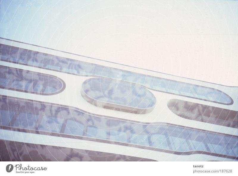 Berankte Fassade Haus Traumhaus Fenster Beton Glas Design einzigartig Muster rund Oval modern Linie blau Überbelichtung kalt außergewöhnlich Herbst Farbfoto