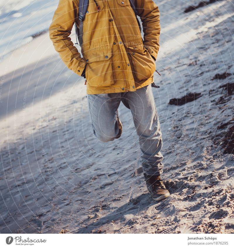 Mensch in Binz maskulin Körper Beine 1 18-30 Jahre Jugendliche Erwachsene ästhetisch Herbst Winter Mode Strand Stil beige grau Sand blau violett kalt Hose Jacke