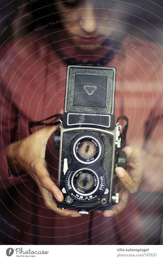 Technik, die begeistert. Frau Mensch alt Jugendliche Erwachsene feminin Leben Freizeit & Hobby Perspektive retro beobachten Fotokamera 18-30 Jahre entdecken historisch Interesse