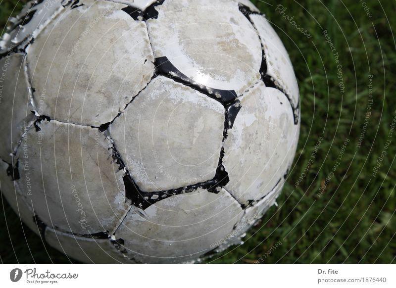 Der Ball ist rund Ballsport Fußball Gras Wiese Spielen Sport alt dreckig hässlich Freizeit & Hobby Vergänglichkeit weiß verschlissen gebraucht Farbfoto