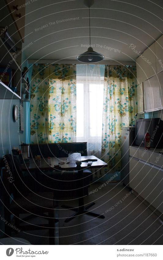 Küche Geschirr Teller Topf Haus Möbel Raum alt Billig trashig trist mehrfarbig Farbfoto Innenaufnahme Zentralperspektive Tag