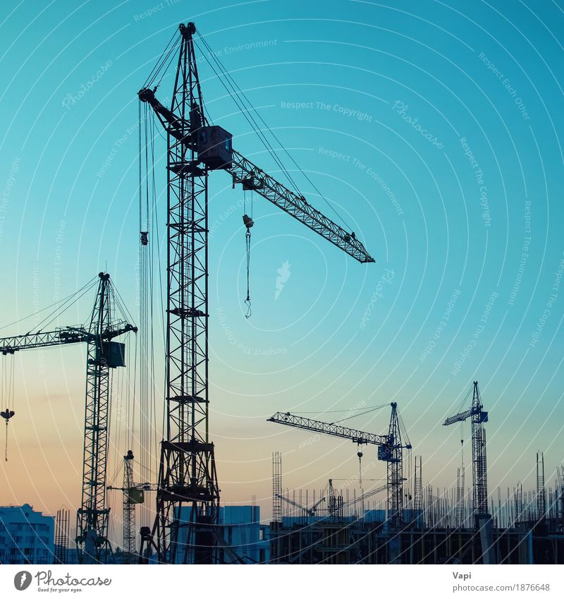 Industrielandschaft mit Silhouetten von Kränen Himmel blau Stadt Sonne Landschaft rot schwarz Architektur gelb Gebäude orange Arbeit & Erwerbstätigkeit Metall