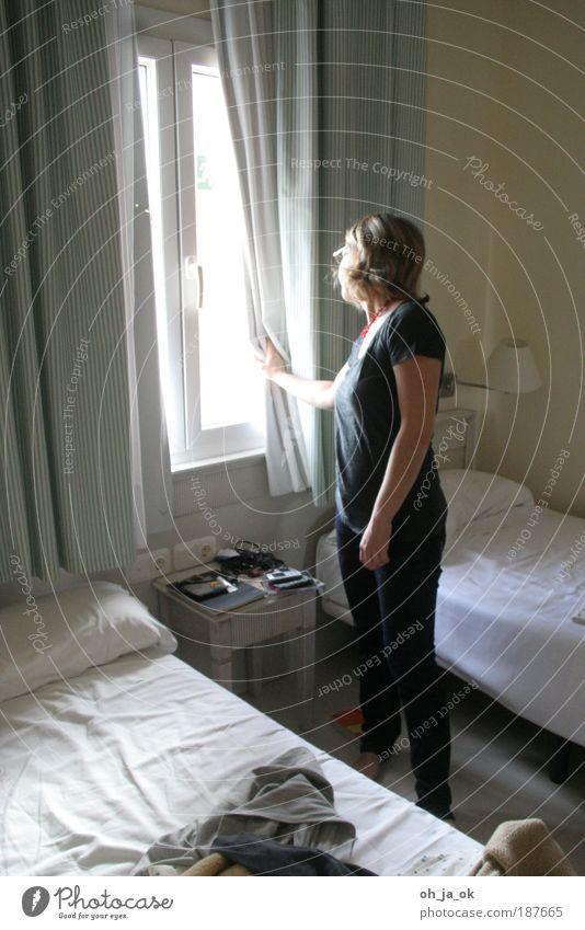 Wann kommst Du? feminin Frau Erwachsene 30-45 Jahre Fenster Blick stehen warten grau weiß Vorfreude Neugier Hoffnung Langeweile Sehnsucht Häusliches Leben Bett