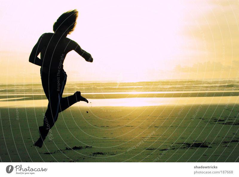 Kolja am Strand Sport Fitness Sport-Training Kampfsport Sportler Joggen Tanzen Spielen muskulös Farbfoto Außenaufnahme Experiment Lomografie Abend Dämmerung