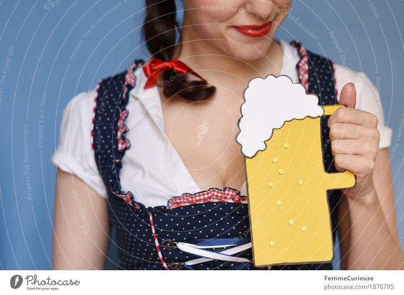 O'zapft is! (07) Mensch Frau Jugendliche blau Junge Frau weiß 18-30 Jahre Erwachsene feminin Feste & Feiern Lächeln trinken Bier München Tradition Alkohol