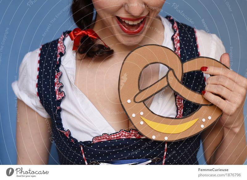 O'zapft is! (05) feminin Junge Frau Jugendliche Erwachsene 1 Mensch 18-30 Jahre 30-45 Jahre Freude Brezel Backwaren Salz Essen Trachtenkleid Kleid Bluse