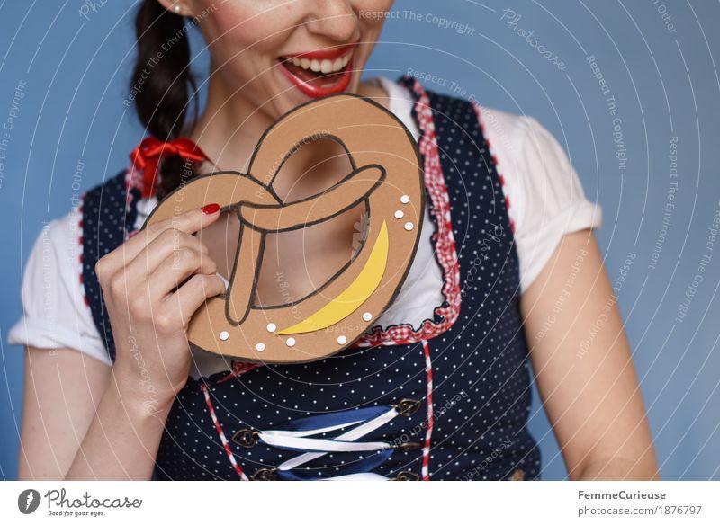 O'zapft is! (13) Mensch Frau Jugendliche blau Junge Frau weiß rot 18-30 Jahre Erwachsene Essen feminin Feste & Feiern genießen Kleid München Tradition