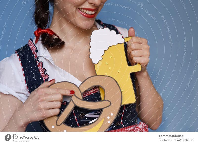 O'zapft is! (08) feminin Junge Frau Jugendliche Erwachsene 1 Mensch 18-30 Jahre 30-45 Jahre Tradition Biergarten Oktoberfest München Bayern Trachtenkleid Kleid