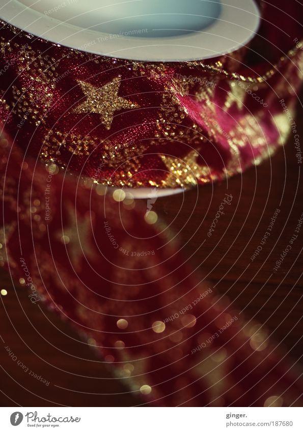 Schon alles hübsch verpackt? Weihnachten & Advent weiß rot Stil glänzend Dekoration & Verzierung Stern (Symbol) Schnur Kitsch Textilien verschönern Rolle