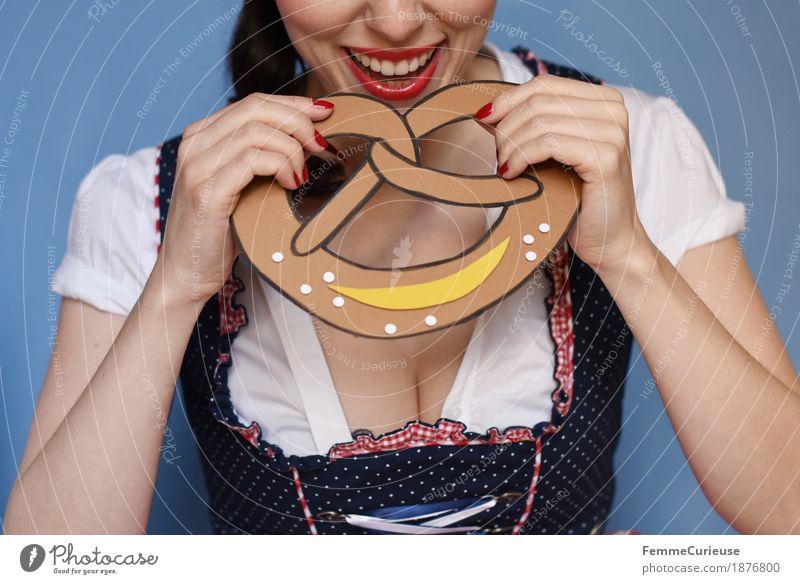 O'zapft is! (10) feminin Junge Frau Jugendliche Erwachsene Mensch 18-30 Jahre 30-45 Jahre Tradition Brezel Süßwaren Backwaren Essen ungesund Salz Trachtenkleid