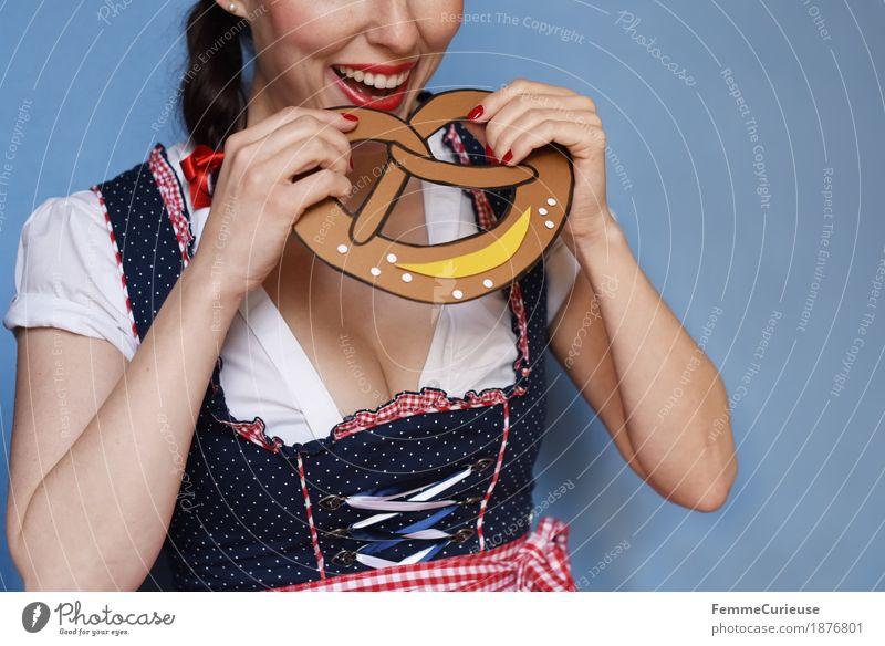 O'zapft is! (03) feminin Junge Frau Jugendliche Erwachsene 18-30 Jahre 30-45 Jahre Freude Trachtenkleid Süßwaren Essen Brezel Backwaren Salz beißen gebastelt