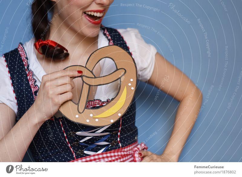 O'zapft is! (11) feminin Junge Frau Jugendliche Erwachsene Mensch 18-30 Jahre 30-45 Jahre Tradition Brezel Trachtenkleid genießen Ernährung Essen Backwaren