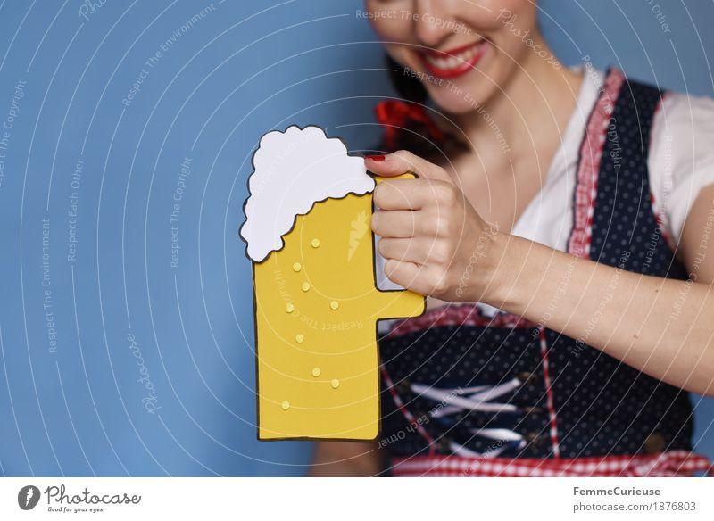 O'zapft is! (04) Mensch Frau Jugendliche Junge Frau Freude 18-30 Jahre Erwachsene feminin Bier München Bayern Oktoberfest Zuprosten 30-45 Jahre Trachtenkleid