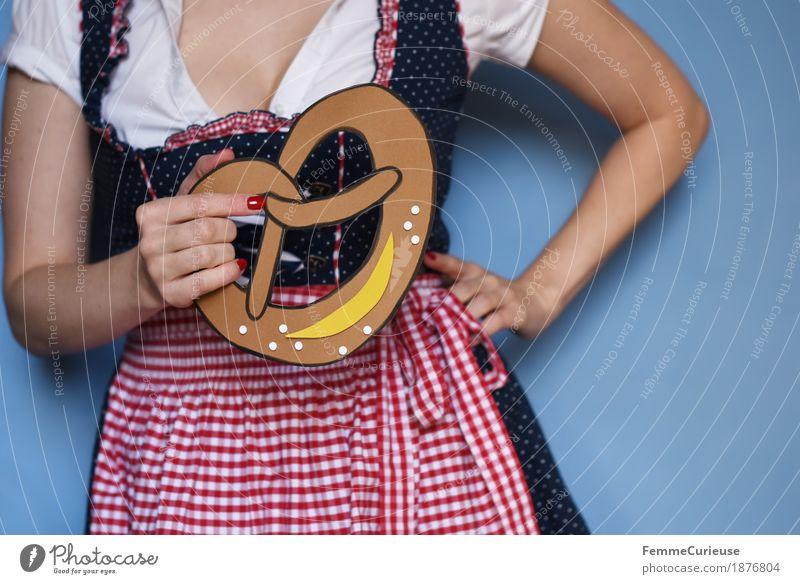 O'zapft is! (09) feminin Junge Frau Jugendliche Erwachsene 1 Mensch 18-30 Jahre 30-45 Jahre Tradition Brezel Backwaren genießen Essen Karton gebastelt