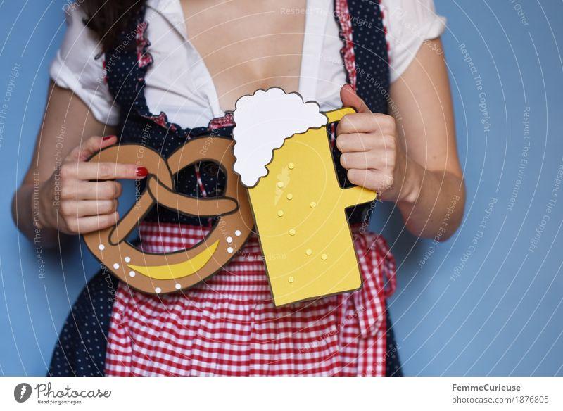 O'zapft is! (01) Frau Jugendliche blau Junge Frau weiß rot Freude 18-30 Jahre Erwachsene Essen feminin Feste & Feiern Frauenbrust Ernährung Kreativität trinken