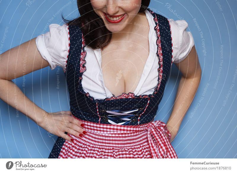 O'zapft is! (06) feminin Junge Frau Jugendliche Erwachsene 1 Mensch 18-30 Jahre 30-45 Jahre ästhetisch Bayern München Oktoberfest Biergarten Dekolleté