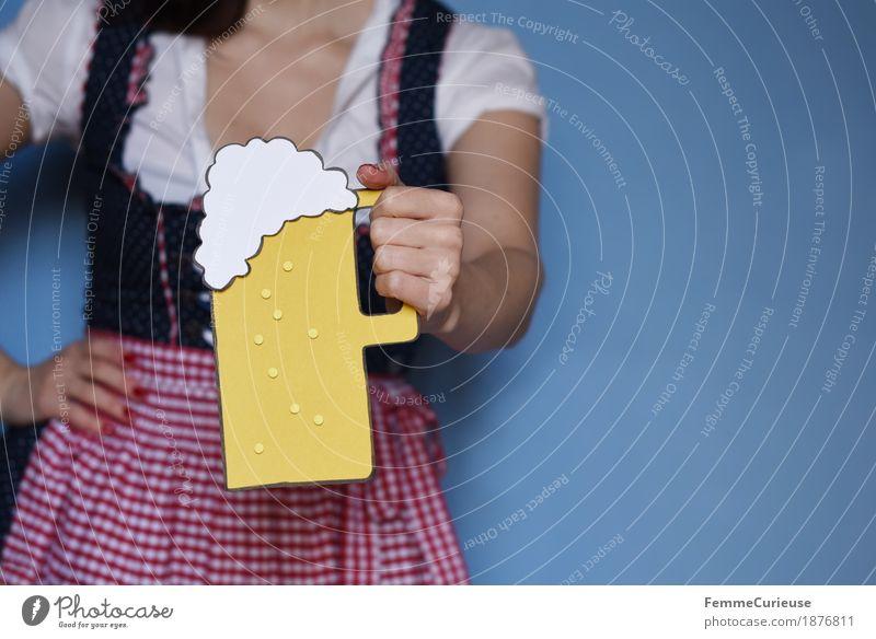 O'zapft is! (12) feminin Junge Frau Jugendliche Erwachsene Mensch 18-30 Jahre 30-45 Jahre Tradition Bier Biergarten Bierglas Bierschaum hochhalten Zuprosten