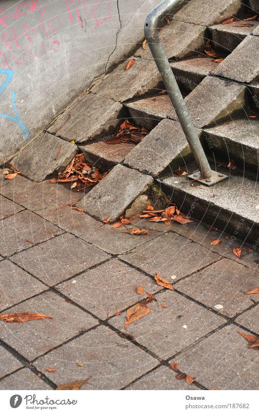 \\\_01 Stadt Herbst grau Stein Treppe Beton trist Geländer Stahl Treppengeländer aufwärts kariert Pflastersteine Raster Reling Monochrom