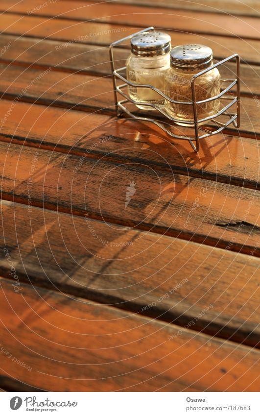 \\\_02 Tisch Tischplatte Holz Möbel Café Straßencafé Salz Kochsalz Pfeffer Kräuter & Gewürze Salzstreuer Pfefferstreuer Holzbrett Sonnenlicht Schatten
