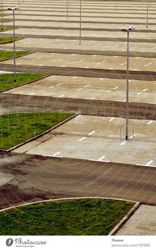 \\\_03 Parkplatz leer Straße Straßenverkehr KFZ Abstellplatz Grünstreifen Pflastersteine Teer Hochformat Außenaufnahme trist Laterne Straßenbeleuchtung Tag