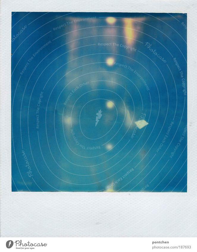 Polaroid zeigt einen weißen Drachen vor  strahlend blauem Himmel. Wind Spielen Freizeit & Hobby Kinderspiel Ferien & Urlaub & Reisen Sommer Sommerurlaub Meer