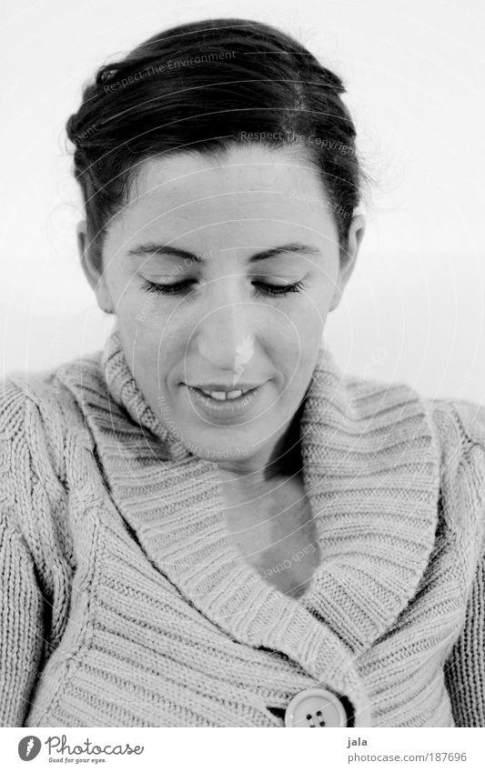 verlegen. Frau Mensch Gesicht ruhig feminin Gefühle Kopf Wärme Erwachsene weich natürlich Warmherzigkeit Pullover brünett Lächeln Verliebtheit