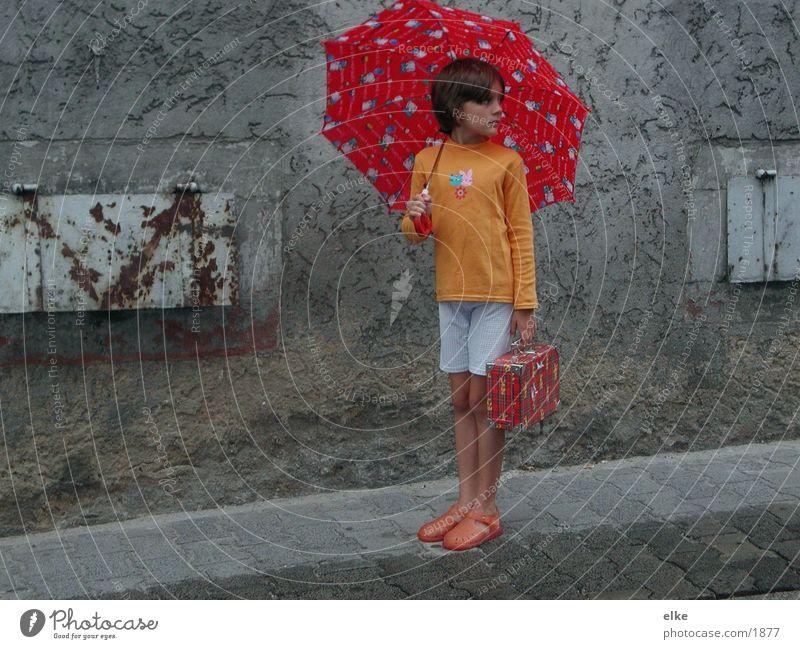 sommerregen Mensch Kind Sommer Haus Straße Regen Regenschirm Koffer Häuserzeile