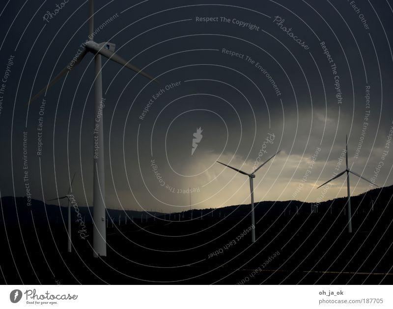 Sie sind unter uns schwarz Wolken dunkel grau Traurigkeit Landschaft Feld Wind Energie trist bedrohlich Windkraftanlage Hügel Armee Erneuerbare Energie
