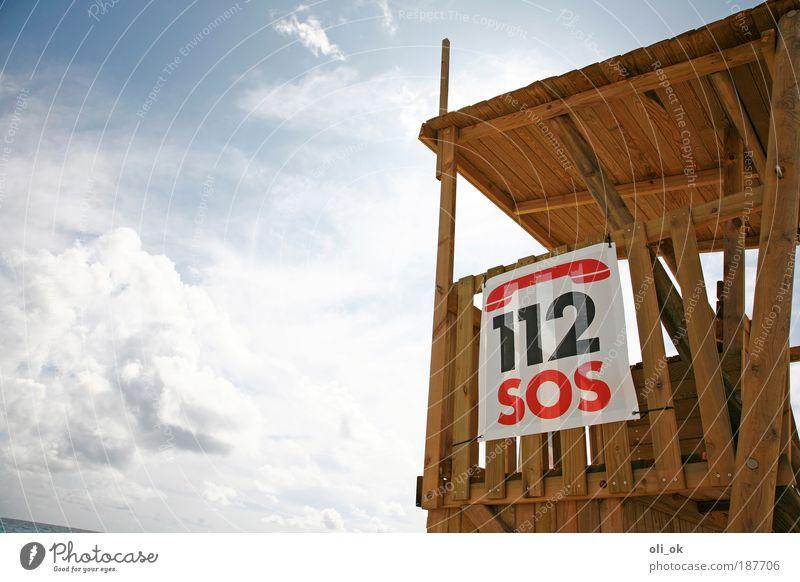 SOS Ferien & Urlaub & Reisen Strand Luft Holz Ziffern & Zahlen Hinweisschild Warnschild bedrohlich Hilfsbereitschaft Hoffnung Notruf Bademeister Farbfoto