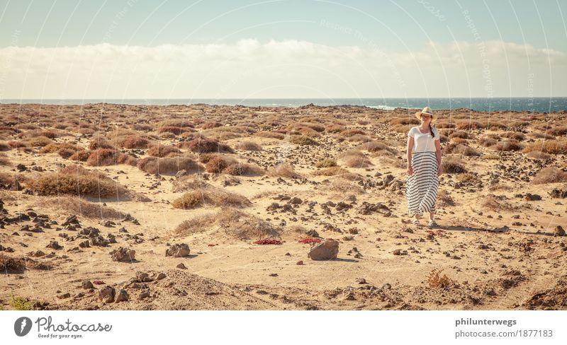 Dame am Strand Ferien & Urlaub & Reisen Ausflug Abenteuer Ferne Kreuzfahrt Safari Expedition feminin Frau Erwachsene 1 Mensch Sand Luft Wasser Klima