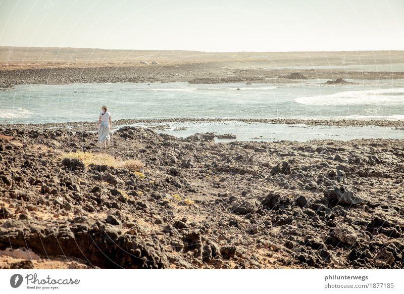 Suchst du was? Mensch Frau Ferien & Urlaub & Reisen Wasser Meer Einsamkeit Ferne Strand Erwachsene Küste feminin Freiheit Felsen gehen Ausflug Wellen
