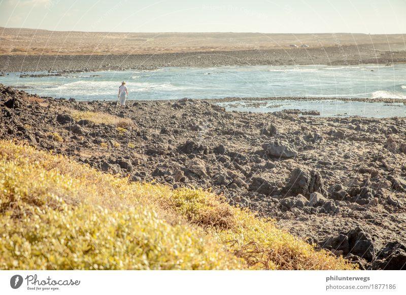 Spring nicht! Ferien & Urlaub & Reisen Tourismus Ausflug Abenteuer Ferne Freiheit Frau Erwachsene 1 Mensch Urelemente Erde Sand Luft Wasser Klima Schönes Wetter