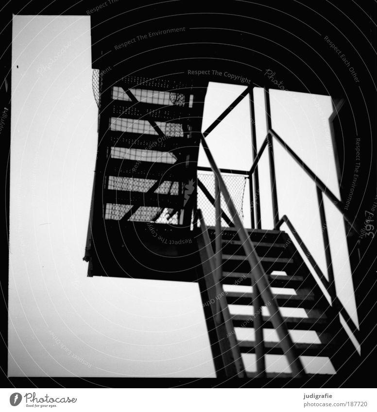 Nach oben Haus Architektur Gebäude Treppe Perspektive Wandel & Veränderung Netz Vergänglichkeit Bauwerk Verfall Treppengeländer anstrengen Hannover Ausstellung Schwarzweißfoto Expo 2000