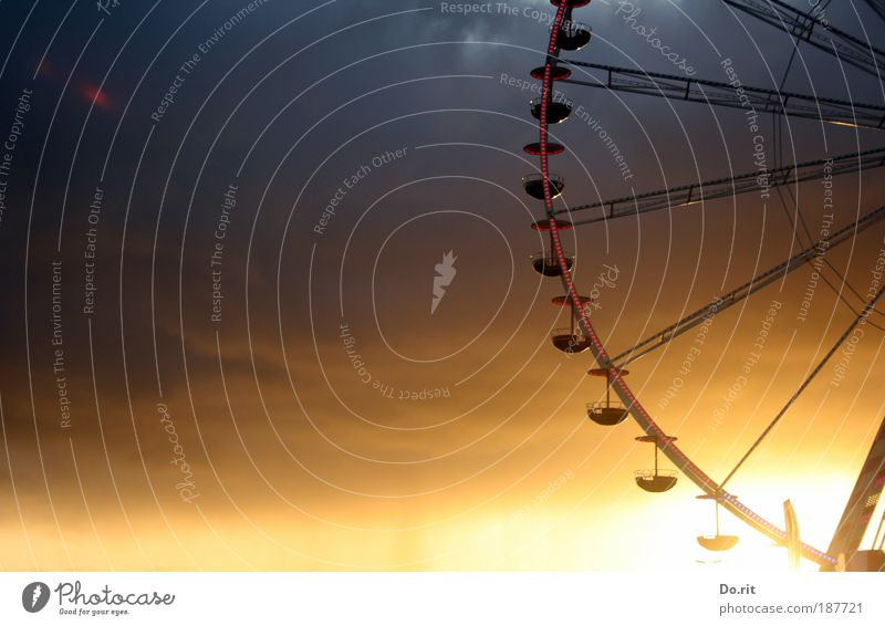 der Sonne entgegen Jahrmarkt drehen standhaft Riesenrad Entertainment Stabilität Bewegung Kreis Fahrgeschäfte Farbfoto Außenaufnahme Abend Dämmerung Silhouette