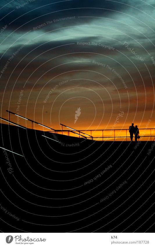 orange blue Mensch Frau Erwachsene Mann Paar 2 beobachten leuchten Blick stehen träumen Umarmen blau Glück Einigkeit Freundschaft Liebe Verliebtheit Romantik