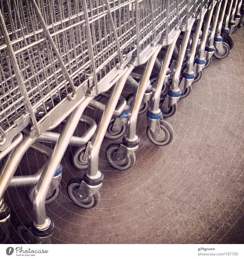 massenkonsum Handel viele Einkaufswagen Konsum Supermarkt aufgereiht Reihe Strukturen & Formen grau Einkaufszentrum Einkaufsmarkt Wirtschaftswunder