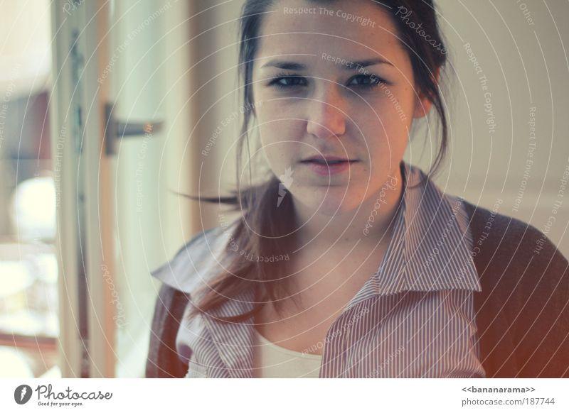 just a moment Frau Mensch Jugendliche rot Gesicht Leben feminin Fenster Haare & Frisuren träumen Erwachsene Porträt retro Kontakt Vertrauen