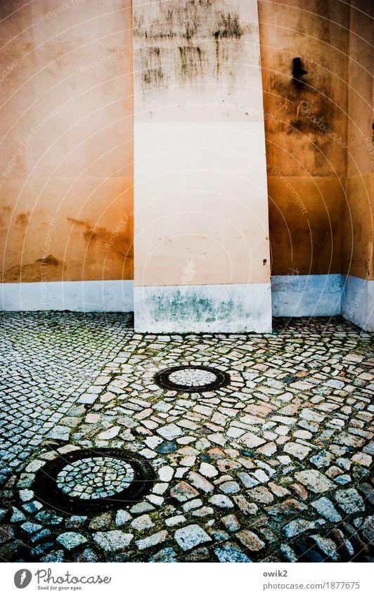 Katzenköpfe Bautzen Deutschland Kleinstadt Altstadt Mauer Wand Fassade Gasse Kopfsteinpflaster Gully alt eckig einfach historisch Stadt blau orange Ecke