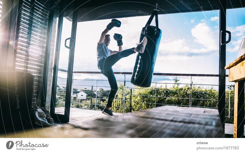Mensch Jugendliche Lifestyle Freizeit & Hobby maskulin Kraft Aktion Energie Fitness Balkon heimwärts muskulös hart üben Boxsport Sportbekleidung