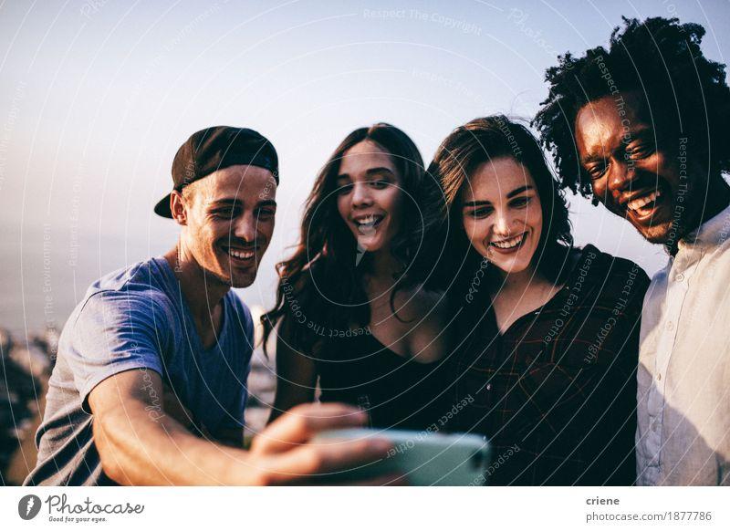 Multi Ethnie der jungen erwachsenen Freunde, die selfie nehmen Frau Mann Erholung Freude Erwachsene Lifestyle lachen Menschengruppe Freundschaft