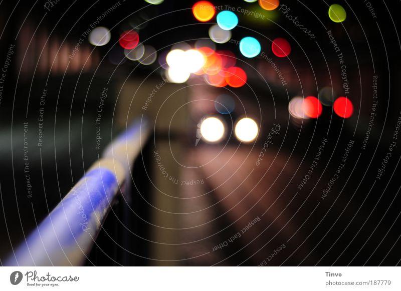 Tunnelblick Stadt Straße Straßenverkehr Textfreiraum leuchten Verkehrswege Autofahren Geländer Nacht Licht Ampel Personenverkehr Autoscheinwerfer Lichtpunkt