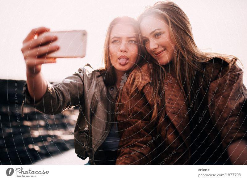 Beste Freunde des Jugendlichen, die selfie mit intelligentem Telefon nehmen Ferien & Urlaub & Reisen Junge Frau Freude Lifestyle lachen Zusammensein