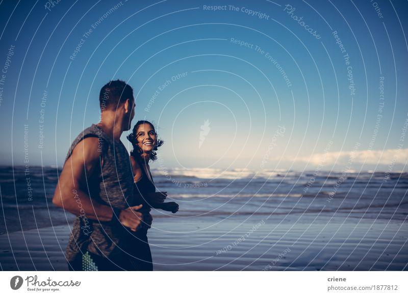 Geeignete Paare, die zusammen laufendes Training auf dem Strand tun Jugendliche Junge Frau Junger Mann Meer Erholung Erwachsene Lifestyle Zusammensein Körper