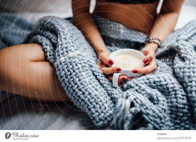 Frau Haus Erwachsene Wärme Lifestyle grau frisch modern sitzen genießen Getränk Kaffee trinken Bett heimwärts Müdigkeit
