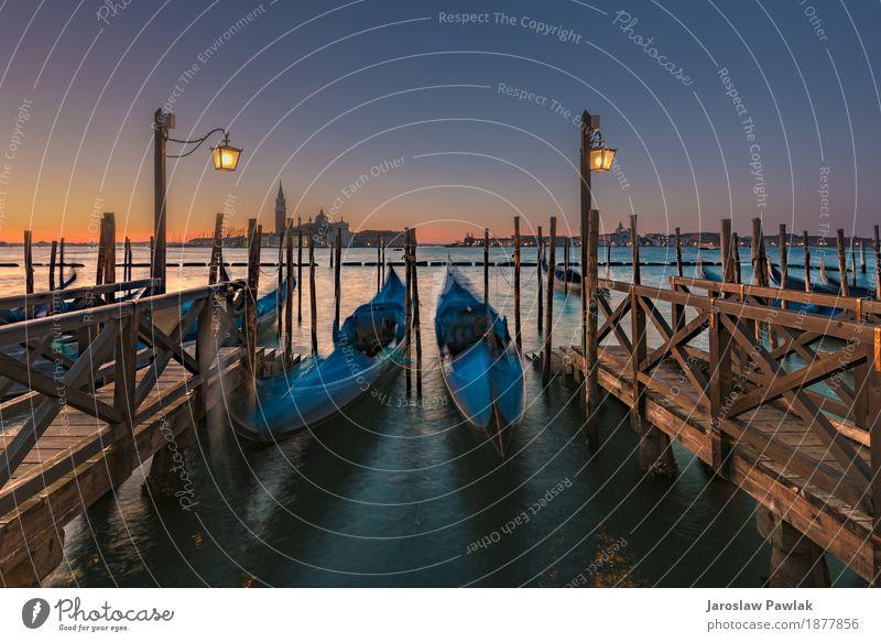 Langzeitbelichtung Gondeln in Venedig Himmel Ferien & Urlaub & Reisen alt blau schön Meer Architektur Straße Gebäude Kunst Tourismus Wasserfahrzeug retro Kirche