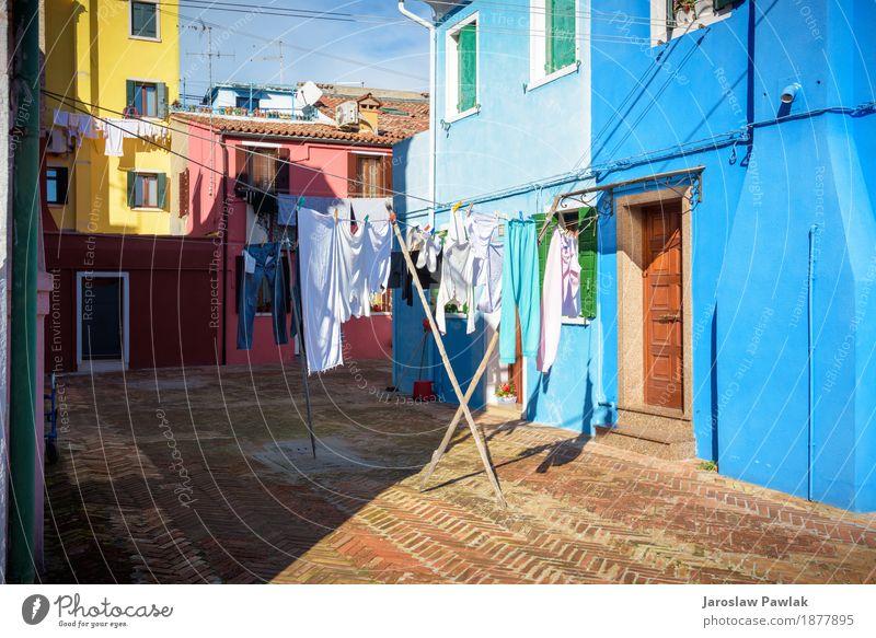 Hung Wäsche auf den Linien vor Häusern in Burano. Himmel Ferien & Urlaub & Reisen blau Sommer Farbe grün Meer rot Haus Wolken Architektur Straße Lifestyle