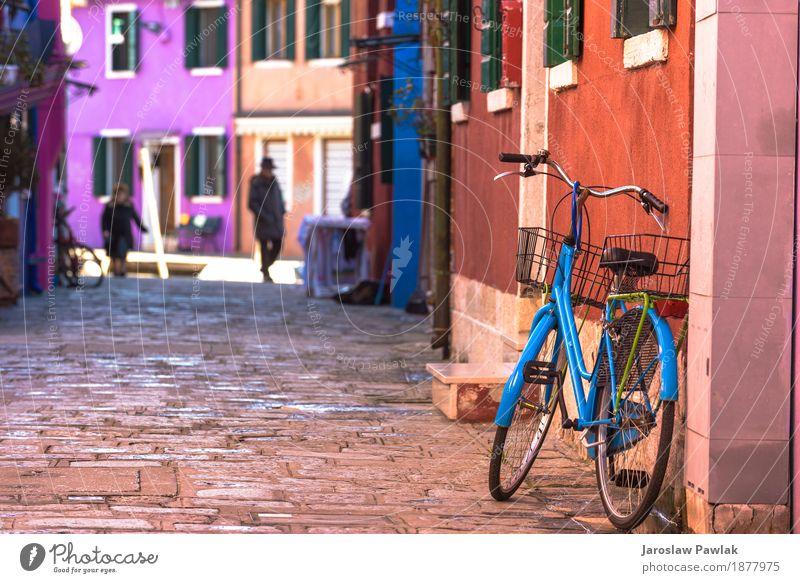 Zerstörtes Fahrrad, das farbiges Haus in Burano, Italien lehnt. Ferien & Urlaub & Reisen alt Sommer Farbe schön grün Blume Architektur Straße gelb Gebäude