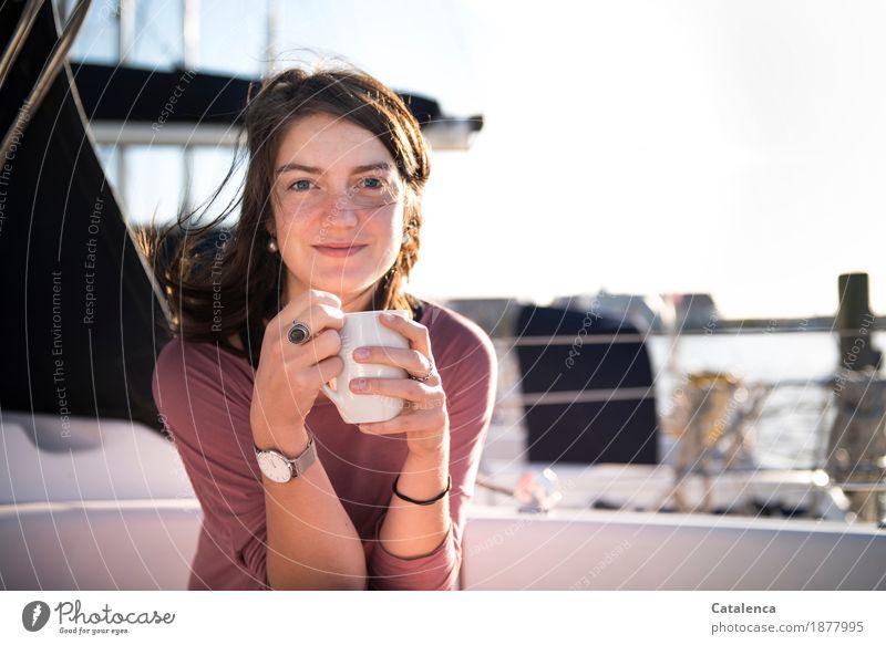 Morgenkaffee Kaffeetrinken Tasse Erholung Ferien & Urlaub & Reisen Wassersport Segeln feminin Junge Frau Jugendliche 1 Mensch 18-30 Jahre Erwachsene Sommer